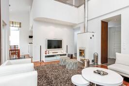 Olohuone ja ruokailutila korkeaa tilaa.