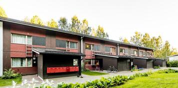 Asunto on keskellä, postilaatikoiden oikealla puolen, huomaa uudet varastokopit ja katto