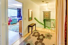 Yläkerran aulaa ja portaikkoa