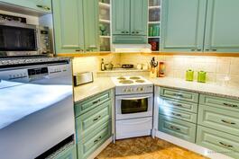 Keittiönurkkausta. Sähköliesi ja Puustellin kaapistoa