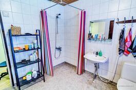 """Yläkerran kylpyhuoneen lattia on """"turkkipelti""""-kuvioitua muovimattoa, eikä ole liukas!"""