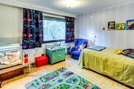 Yläkerran makuuhuonetta (1.)