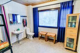 Yläkerran kylpyhuoneessa on iso ikkuna etupihalle