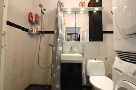 Kylpyhuone missä myös mahdollisuus saunaan