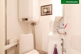 WC:n lattia on laatoitettu.