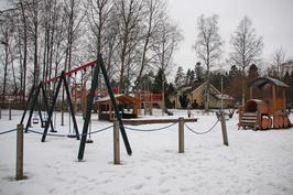 Vieressä kiva leikkipuisto