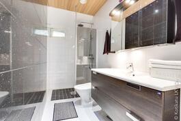 yläkerrassa tyylikäs kylpyhuone / wc