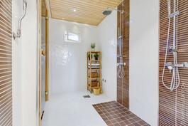 saunan yhteydessä kahden suihkun kylpyhuone ammevarauksella