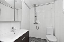 Kylpyhuoneeseen lisätään vielä taittuvat suihkuseinät
