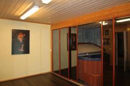 Alakerran harrastehuone sekä liukuovien takana poreammehuone