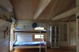 Makuuhuone 1, korkeaa, valoisaa tilaa