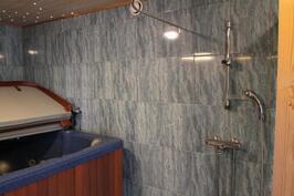 Alakerran poreammehuone suihkutilalla