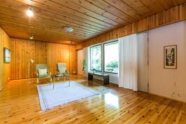 todella iso ja valoisa olohuone