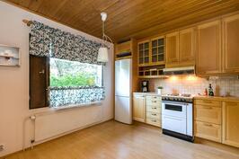 keittiön ikkunan ääressä tilaa isommallekin pöydälle