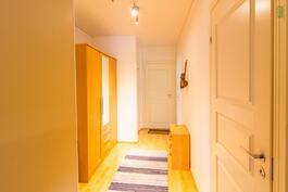Käytävää, oikealla kylpyhuone, perällä oikealla vaatehuone, makuuhuoneet vasemmalla