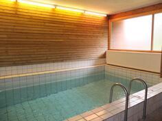 Taloyhtiön uima-allas on asukkaiden käytössä saunavuorojen aikana