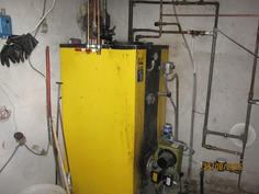 Pannuhuone-öljylämmitys, kulutus noin 2-3 t litraa öljyä lämpimän veden ja takan käytön mukaan