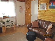 Takkahuoneesta käynti saunaan ja lasitetulle toiselle terassille