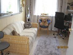 Lisäksi kaksi makuuhuonetta-tässä työ/toimistohuoneena