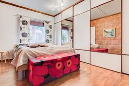 Makuuhuoneessa on seinänlevyiset kaapistot
