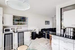 Keittiö ja olohuone yhdistyvät