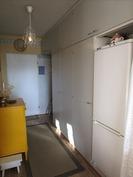 Jääkaappipakastin eteisessä, lähellä keittokomeroa