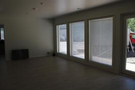Olohuoneessa isot ikkunat