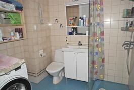 pesuhuoneen lattiapinnoite uusittu 2006 ( epox )