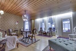 Upea iso olohuone jossa voit nauttia takkatulen lämmöstä