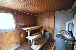 Piharakennuksen saunaa
