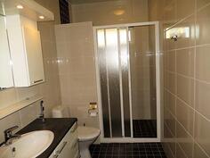 Yläkerta/kylpyhuone