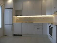 Vertaiskuvat samapohjaisesta huoneistosta, materiaalit asiakasvalinnoin, osin lisävarusteita