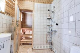 alakerran saunan kylpyhuone