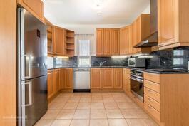 Keittiössä laadukkaat kaapistot ja kodinkoneet