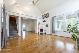 Edustava olohuone on avaraa valoisaa korkeaa huonetilaa