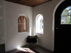 Alakerran holviverannan ikkunoiden ja ovien muodot ilmentävät upeasti talon ...