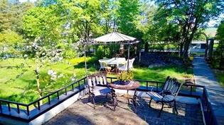 """""""Linnan"""" takapihalla on muutaman herukkapensaan lisäksi myös tilava patio!"""