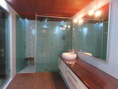 ... talon alakerrassa on mm. v. 2008 uusitut näyttävät sauna- ja kylpyhuonetilat!