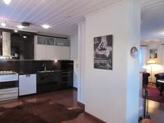 Lisäkuvaa yläkerran Domus-keittiöstä, jossa mm. v. -08 runkoineen uusitut keittiökaapistot!