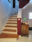 Kuvassa led-valaistut portaat alakerrasta aulasta kuvattuna!