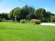 Kukkia ja hyötykasveja sulassa sovussa