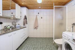 Khh, jossa suihku ja wc. Pesukoneliitäntä, pesuallas ja kurasyöppö.