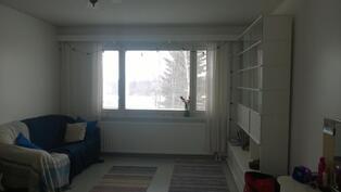 Olohuoneen iso ikkuna on länteen.
