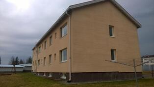 Huoneisto on talon päädyssä toisessa kerroksessa, olohuoneen ikkunat päädyssä ja sivulla
