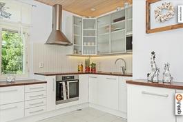 Moderni ja tilava keittiö