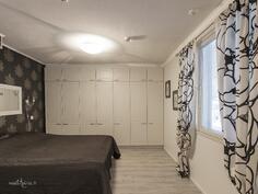 alakerran suurimmassa makuuhuoneessa paljon kaapistoja