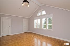 Isoin makuuhuone yläkerrassa mahdollista jakaa