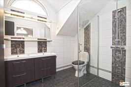 Yläkerran kylpyhuone remontoitu