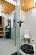 Kodinhoitohuoneen yhteydessä erillinen wc.