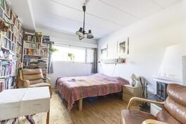 kellarikerroksen takkahuone jota voi käyttää makuuhuoneena